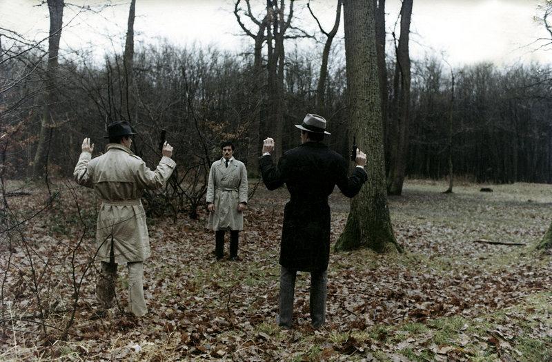 Schon ist Corey (Alain Delon, Mi.) von rivalisierenden Gangstern gestellt, als er unerwartet Hilfe bekommt. – Bild: ZDF und Les Film Corona