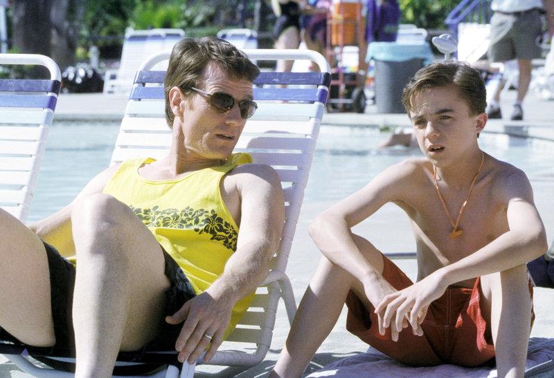 Malcolm (Frankie Muniz, re.) erzählt seinem Vater Hal (Bryan Cranston), dass er nichts für den Wasserpark übrig hat. – Bild: ORF eins