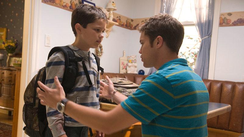 Tobey (Nicholas Elia, li.) erzählt seinem Bruder Derek (Drew Seeley) von seiner unheimlichen Begegnung im Wald.. – Bild: RTL II