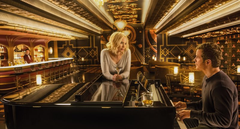 Jennifer Lawrence (center), Chris Pratt (right) and Michael Sheen (left) in Columbia Pictures' PASSENGERS. – Bild: ORF