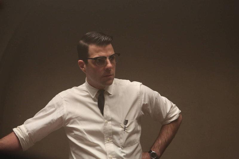 Jahr 1964: Dr. Oliver Thredson (Zachary Quinto, r.) kommt nach Briarcliff, um seine neue Stelle als Psychiater anzutreten. Die dortigen Zustände und Behandlungen lassen ihm das Blut in den Adern gefrieren ... – Bild: ProSieben Fun