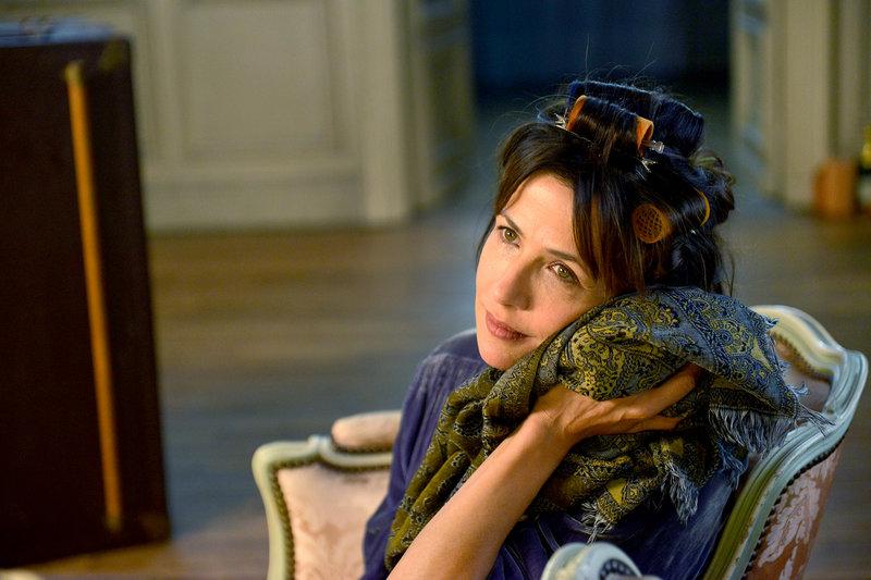 Viktoria (Sophie Marceau) überlegt, wie es wäre, wenn ihr unsichtbarer Ehemann Alfred als Gespenst in ihr Haus zurückkehren würde. – Bild: ARTE France / © Nathalie Eno