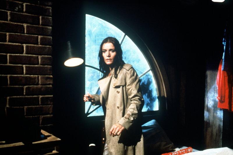 Seltsames geht vor im Hause der Lutzens: Kathleen (Margot Kidder) bekommt es mit der Angst zu tun ... – Bild: American International Pictures Lizenzbild frei