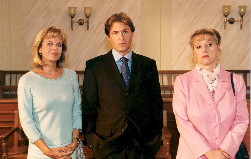 Von links: Karin Heubeck (Andrea L'Arronge), Junior (Winfried Frey) und Zenta Gastl (Johanna Bittenbinder). – Bild: Bayerisches Fernsehen