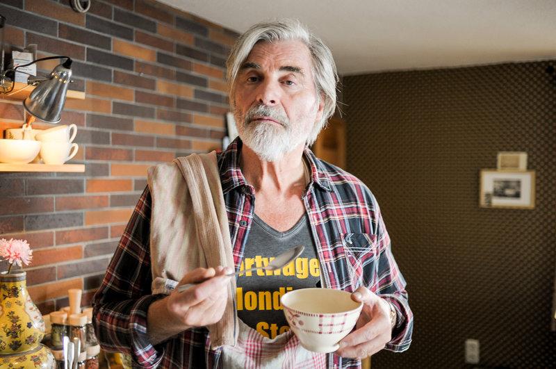 Heinrich (Peter Simonischek) fühlt sich bei den Cronpichels wie zu Hause und übernimmt den Haushalt. – Bild: ORF