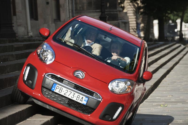 Kate (Emma Thompson) zeigt Richard (Pierce Brosnan) wie man in Paris mit dem Auto zügig vorankommt. – Bild: ZDF und Thibault Grabherr