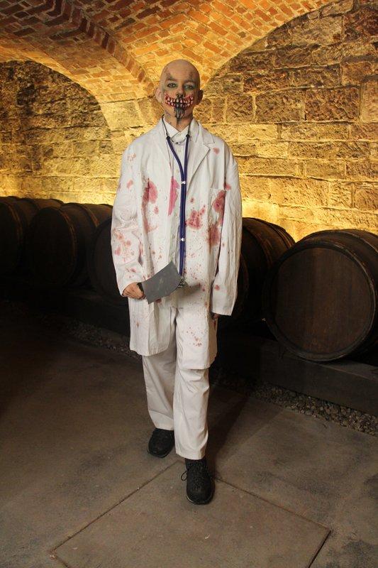 Kandidat Tom präsentiert seine Verkleidung als verrückter Arzt. – Bild: KiKA