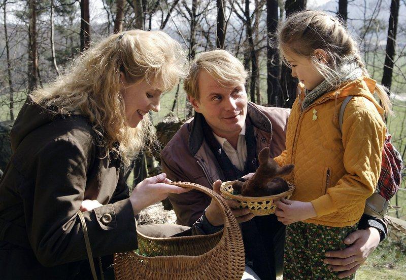 Jan (Devid Striesow) macht Ostern 1985 Urlaub mit seiner Familie - Sabine (Winnie Böwe) und Tochter Kati ( Lea Müller) – Bild: MDR/UFA/Steffen Junghans