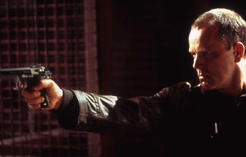Finanzprüfer Martin Raikes (Michael Keaton) soll einer Filmproduktion in Monaco auf die Finger sehen. Doch dadurch stört er die Kreise russischer Mädchenhändler. – Bild: ZDF und Nick Wall