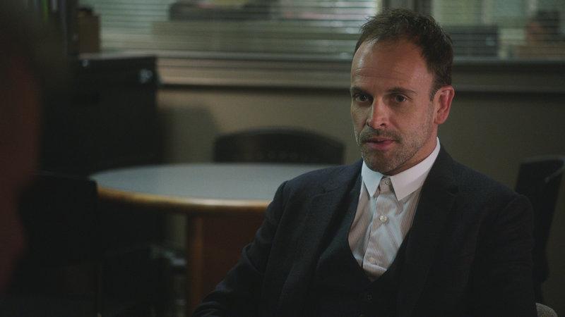 Mit hervorragender Auffassungsgabe versucht Sherlock Holmes (Jonny Lee Miller) seinen aktuellen Fall zu lösen ... – Bild: 2018 CBS Broadcasting, Inc. All Rights Reserved. Lizenzbild frei