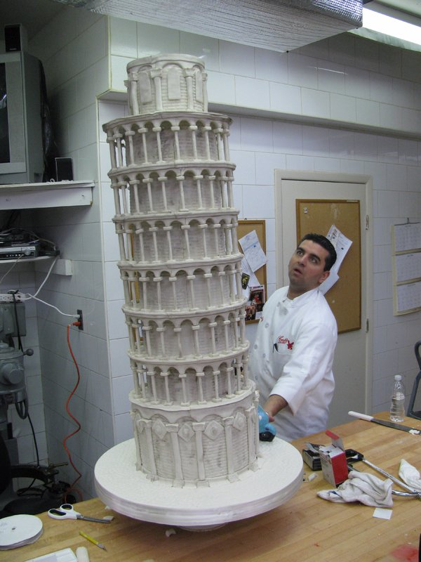 Buddy Valastro makes sure that cake is leaning. – Bild: Copyright: Discovery Communications, Inc. For Show Promotion Only