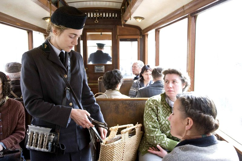 Hanna (Kate Winslet) arbeitet im Nachkriegsdeutschland der 50er Jahre als Straßenbahn-Schaffnerin. – Bild: ARD Degeto/Weinstein