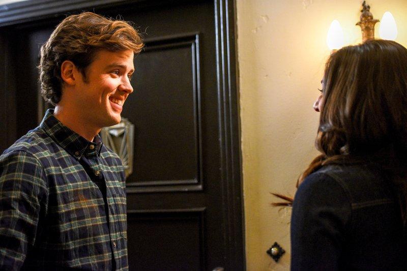 Jack Cutmore-Scott (Cooper Barrett), Meaghan Rath (Kelly Bishop). – Bild: ORF 1