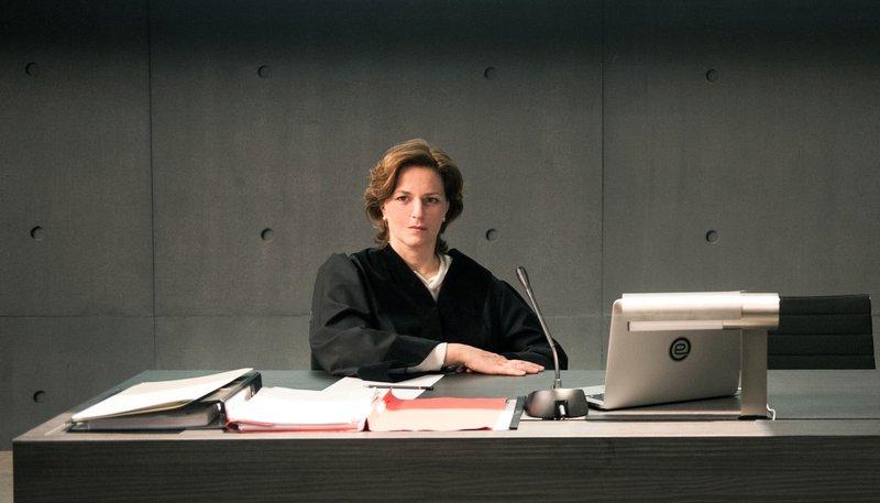 Die Staatsanwältin (Martina Gedeck) kämpft gegen eine drohende Aufweichung der Verfassung. – Bild: ARD Degeto/Moovie GmbH/Julia Terjung
