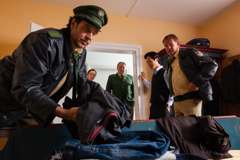 Hubert (Christian Tramitz, r.) und Staller (Helmfried von Lüttichau, l.) ermitteln wieder auf Hochtouren – Bild: TMG / Arvid Uhlig/© Arvid Uhlig/© Arvid Uhlig/Arvid Uhlig/Arvid Uhlig
