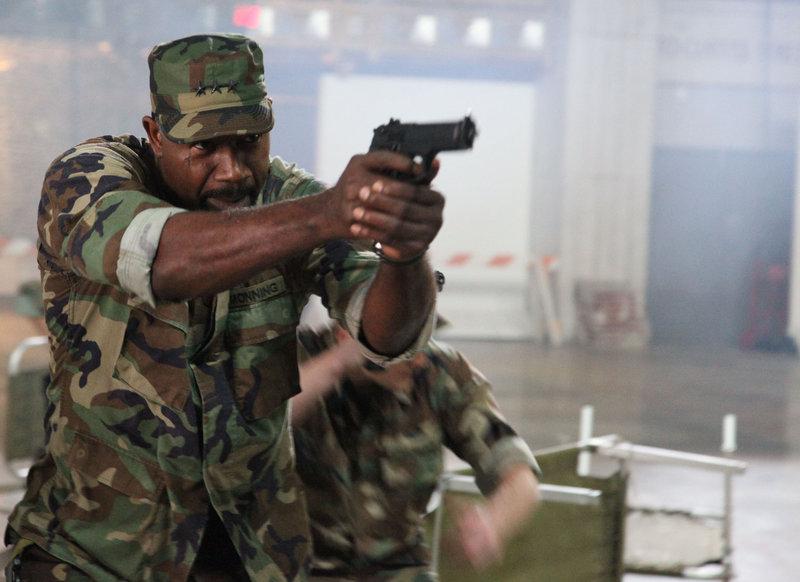Lt. General Christopher Monning (Dennis Haysbert) träumt von einer Armee gefügiger Werwolf-Supersoldaten – die Battledogs. – Bild: RRS