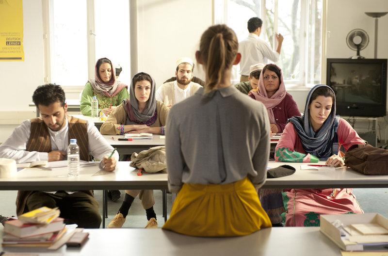 Jördis (Nadja Bobyleva) unterrichtet kisbekische Sprachschüler. Vorne rechts: Saida (Amira El Sayed). – Bild: NDR/BR/WDR/Novafilm GmbH/Alva Nowak