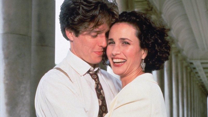 Charles (Hugh Grant) verliebt sich in die lebenslustige Carrie (Andie MacDowell).Charles (Hugh Grant) verliebt sich in die lebenslustige Carrie (Andie MacDowell). – Bild: RTL Zwei