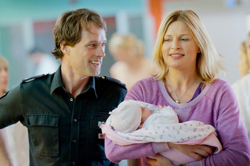 Mattes (Matthias Schloo, l.)bringt Melanie (Sanna Englund, r.) zum Lachen, trotz der angespannten Situation. – Bild: ZDF und Boris Laewen