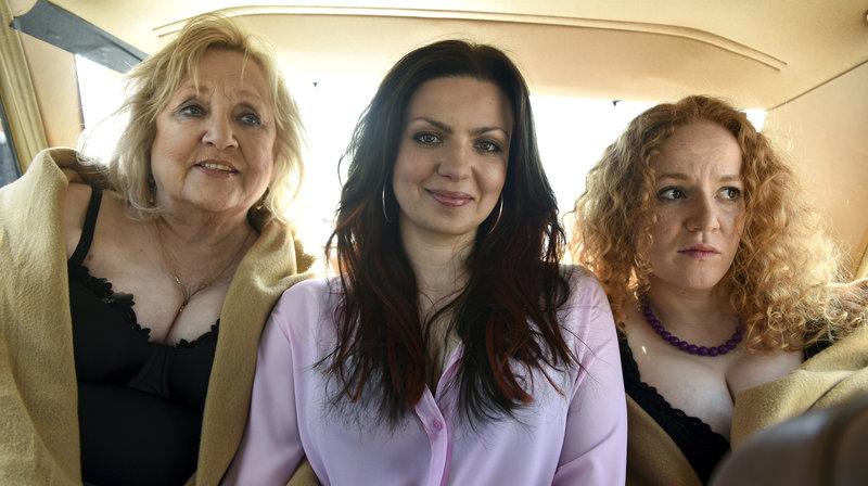 Oma Margret (Doris Kunstmann, l.), Jenni (Katrin Ingendoh, Mi.) und Melli (Laura Lo Zito, r.) – Bild: NDR/Marion von der Mehden