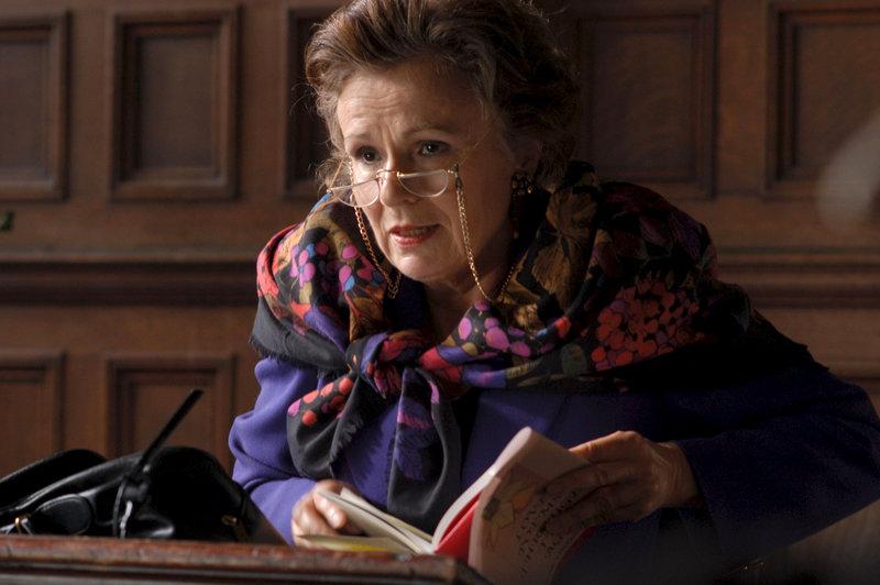 Die exzentrische Schauspielerin Evie (Julie Walters) rezitiert gerne britische Dramatiker. – Bild: ZDF und Jay Maidment