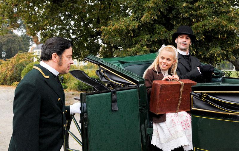 Fritz Hammel (Johann Kandl), Philippa Schöne (Emily (Kleine Lady)), Xaver Hutter (Herr von Havenegg). – Bild: ZDF und ORF/Lotus Film/Yellow Bird Pictures/Oliver Roth