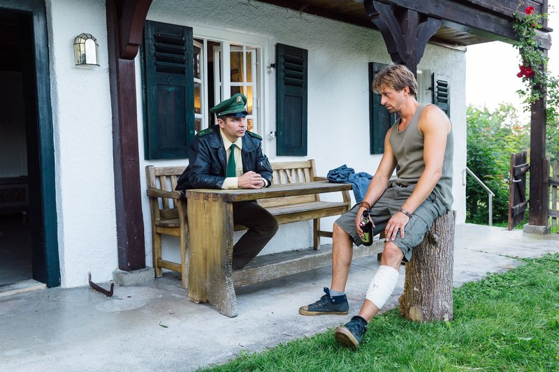 L-R: Martin Riedl (Paul Sedlmeir) und Ben Strobl (Ben Blaskovic) – Bild: TMG / Chris Hirschhäuser