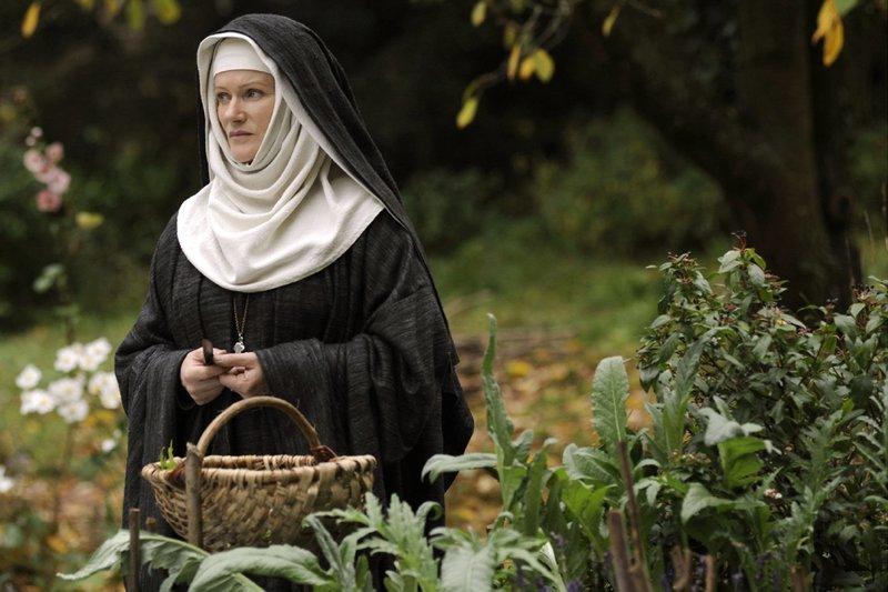 Die Nonne Hildegard (Barbara Sukowa) hat einen ganz eigenen Blick auf die Welt und die Natur. – Bild: ZDF und ARD Degeto/Clasart Film/Concorde/Bernd Spauke