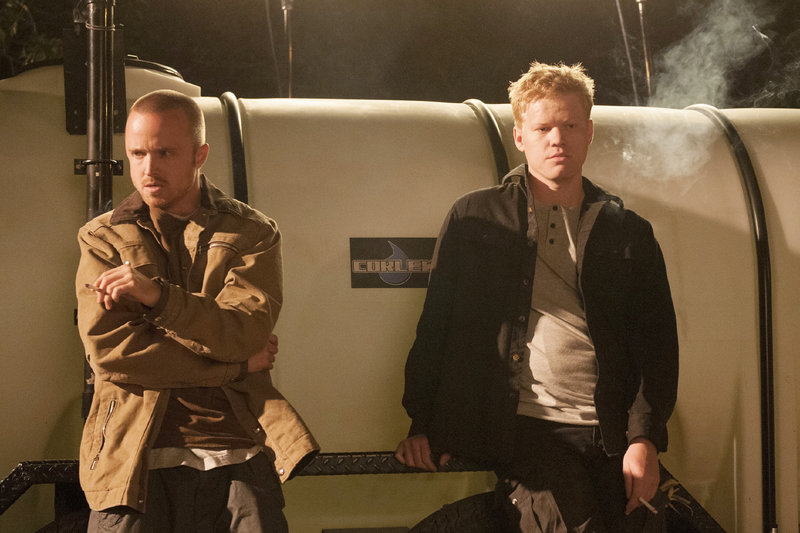 Nachdem Walters neuer Gehilfe Todd (Jesse Plemons, r.) einen jungen Zeugen kaltblütig umgebracht hat, will Jesse (Aaron Paul) aussteigen. – Bild: TVNOW / KING FILM PRODUCTIONS II / BETA FILM