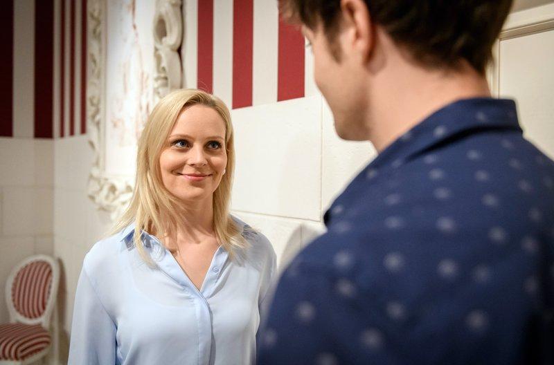 Annabelle (Jenny Löffler, l.) verlangt von Joshua (Julian Schneider, r.), sich von Denise zu trennen. – Bild: ARD/Christof Arnold