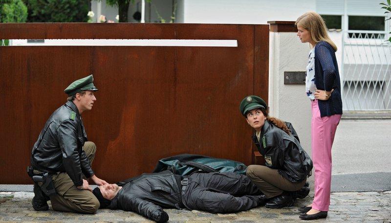 Die beiden herbeigerufenen Polizisten (links: Golo Euler, rechts: Amanda da Gloria) sind verblüfft: Mia (Mira Bartuschek, re.) hat ganz alleine einen Einbrecher überwältigt. – Bild: NDR/Degeto/Marco Orlando Pichler