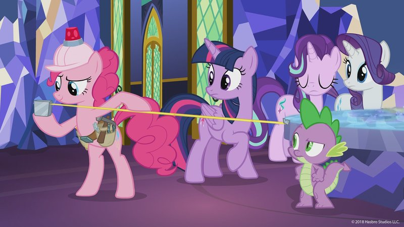 L-R: Pinkie Pie (voiced by Andrea Libman), Twilight Sparkle (voiced by Tara Strong), Rarity (voiced by Tabitha St. Germain), Sweetie Belle (voiced by Claire Corlett), Spike (voiced by Cathy Weseluck) – Bild: Disney Channel (DE)