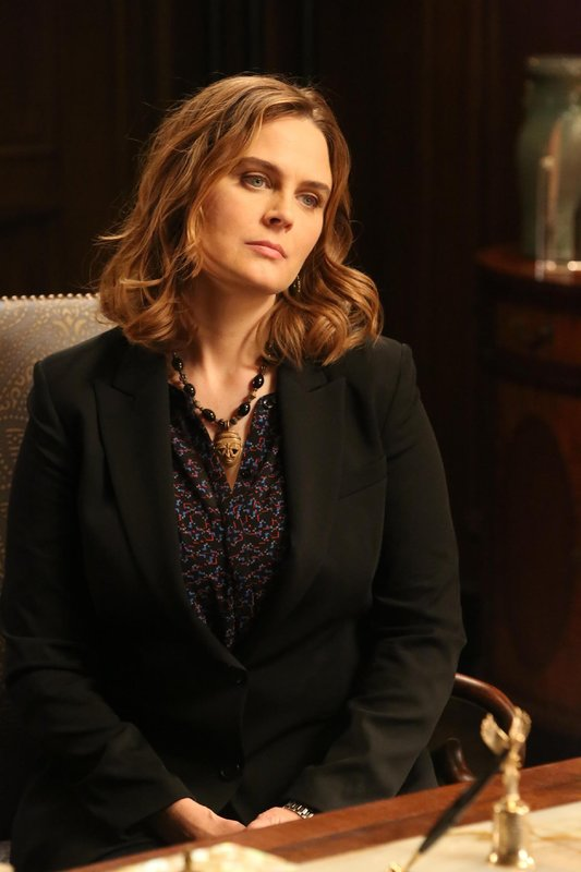 Brennan (Emily Deschanel) und Booth ermitteln im Mordfall des frisch gewählten und beliebten Senators O'Malley - ein Fall, der politisch äußerst brisant ist und Fingerspitzengefühl erfordert. – Bild: TVNOW / FOX