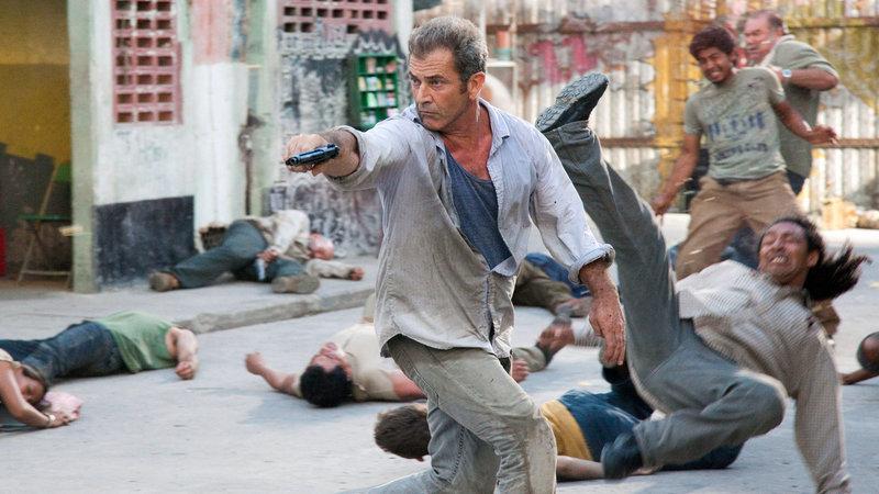 """Ein Bankräuber (Mel Gibson, Mitte) wird auf der Flucht von der mexikanischen Polizei gestellt und in ein seltsames Gefängnis namens """"El Pueblito"""" gesteckt. Hier gelten eigene Gesetze und der Gringo hat schon bald die Mafia an den Hacken, die wissen will, wo die Millionenbeute abgeblieben ist… – Bild: RTL Zwei"""