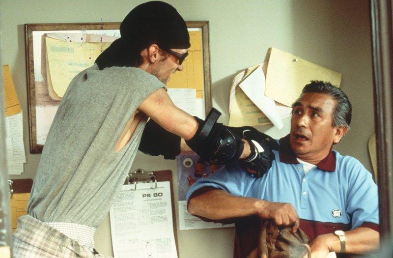 Trey (Gary Kohn, l.), ein krimineller Rollerblade-Fahrer, überfällt einen Parkplatzwächter. – Bild: Nitro.