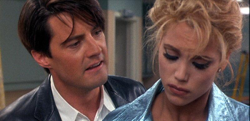 Zack Carey (Kyle MacLachlan) und Nomi (Elizabeth Berkley) – Bild: RTL II