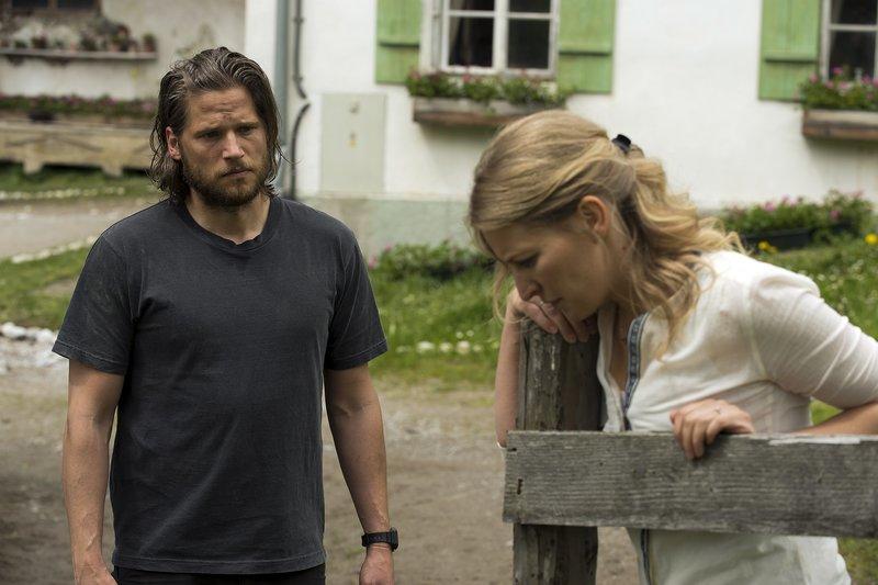 Emilie Hofer (Stefanie von Poser, r.) ist geschockt, als sie von Markus Kofler (Sebastian Ströbel, l.) erfährt, dass ihr Mann Tobias wahrscheinlich tot ist. Sein Rucksack wurde in einer Gerölllawine gefunden. – Bild: ZDF und Thomas R. Schumann.