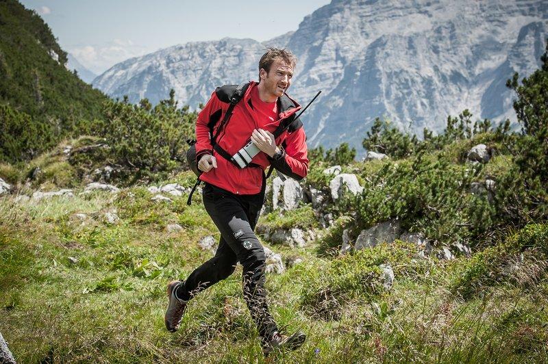 Hans Gruber (Heiko Ruprecht) ist als Bergretter im Einsatz. – Bild: ZDF und Stefanie Leo