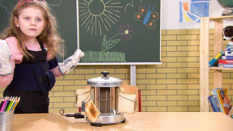 Es ist das Lieblingsbrot von vielen Kindern: Das Toastbrot. Am liebsten natürlich warm und knusprig serviert! Auch vor über 60 Jahren hat man schon getoastet, damals allerdings noch mit etwas anders anmutenden Geräten als heute. – Bild: TVNOW