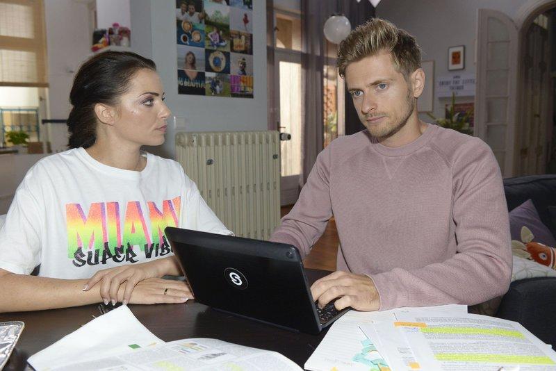 Emily (Anne Menden), Philip (Jörn Schlönvoigt) Emily (Anne Menden) glaubt, dass sich Philip (Jörn Schlönvoigt) zu sehr in seiner Arbeit vergräbt. – Bild: RTL