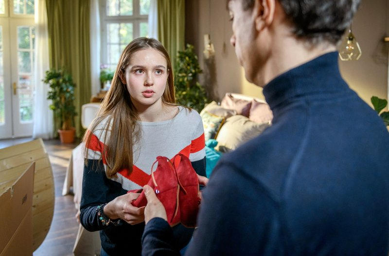 Valentina (Paulina Hobratschk, l.) will Robert (Lorenzo Patané, r.) helfen, nach vorne zu schauen. – Bild: ARD/Christof Arnold