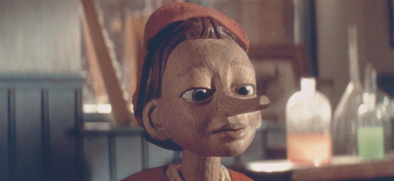 Geppetto schnitzt eine hölzerne Marionette. Dann geschieht Unglaubliches: Die Puppe namens Pinocchio wird lebendig! – Bild: Tele 5