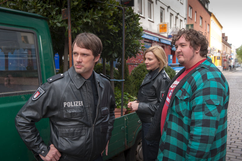 Melanie (Sanna Englund) und Mattes (Matthias Schloo, l.) ermitteln: Hat Tetje (Daniel Zillmann, r.) etwas mit den gestohlenen Pflanzen zu tun? – Bild: ZDF und Boris Laewen
