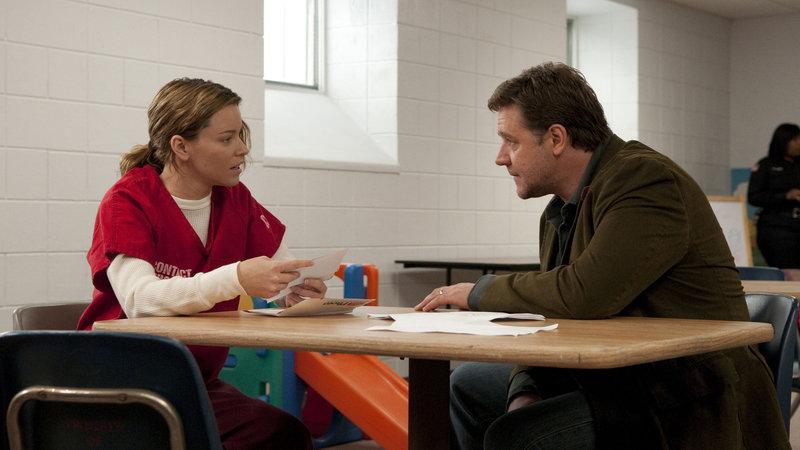 John Brennan (Russell Crowe) verspricht seiner zu einer langen Haftstrafe verurteilten Frau Lara (Elizabeth Banks), dass er sie nicht im Stich lassen wird. – Bild: RTL II