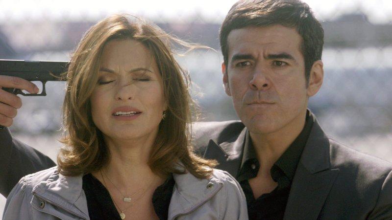 Drogenkurier Rojas ( Jose Yennque) droht Detective Benson (Mariska Hargitay) umzubringen, wenn ihm nicht die Flucht ermöglicht wird. – Bild: Nitro.