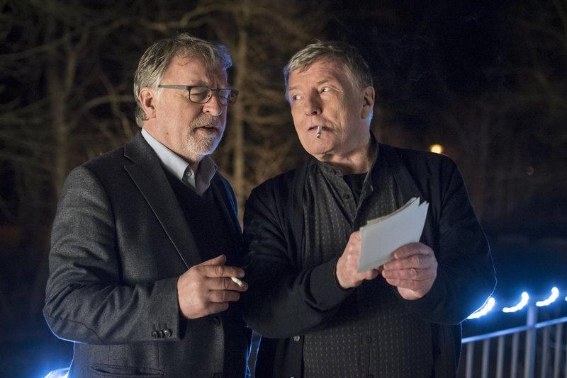 Hajo Trautzschke (Andreas Schmidt-Schaller, l.) und sein alter Freund Ewald Kutz (Manfred Zapatka, r.) erinnern sich an die gemeinsame Jungend in der DDR. – Bild: ZDF und Uwe Frauendorf