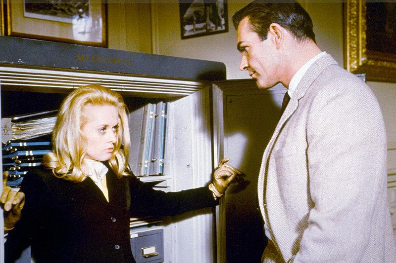 Mark Rutland (Sean Connery) ist es gelungen, Marnie (Tippi Hedren) zu stellen. – Bild: ZDF / © Universal City Studios, 1964 Geoffrey Stanley, Inc.