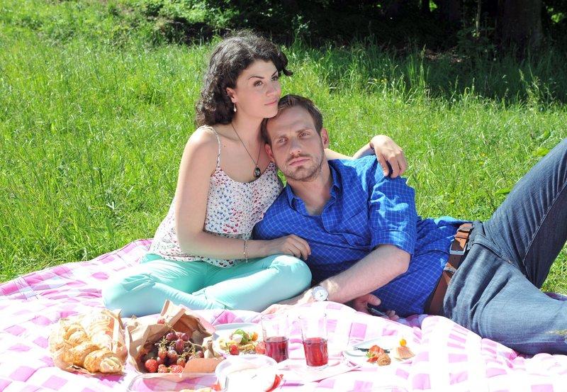 Bei einem romantischen Picknick erzählt Pauline (Liza Tzschirner, l.) Leonard (Christian Feist, r.) die Liebesgeschichte ihrer Großeltern. – Bild: ORF 2