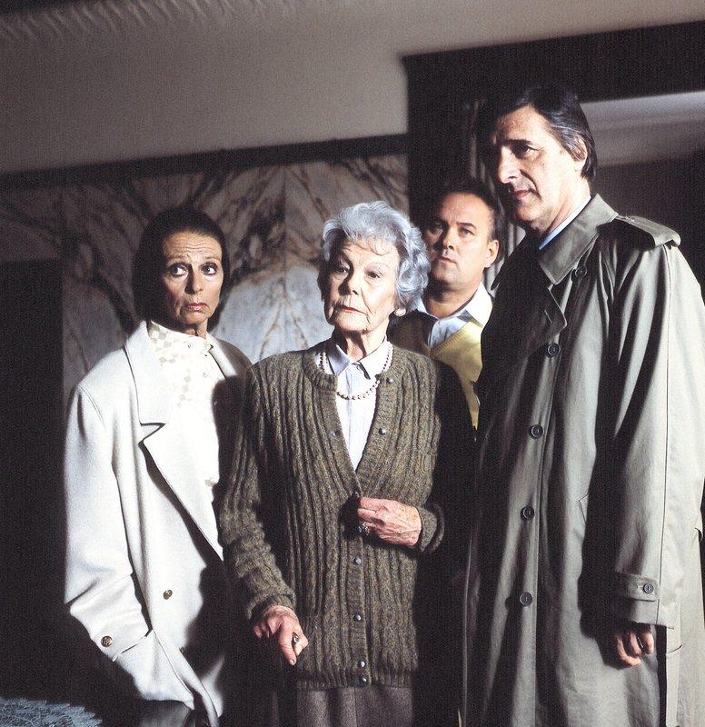 Von links: Irmgard von Waldau (Ellen Umlauf), Frau von Bredow (Ellen Frank), Kriminalobermeister Schneider (Georg Einerdinger) und Kriminalkommissar Lenz (Helmut Fischer). – Bild: BR/Foto Sessner