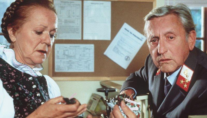 Gendarm Gilch (Maxl Graf) klagt Franzi (Enzi Fuchs) sein Leid. – Bild: rbb/Kineos